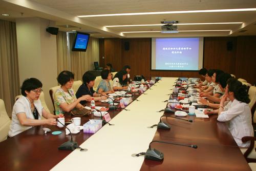 北京市妇联联络部部长於丽萍的陪同下,参观了海淀区妇女儿童活动中心.