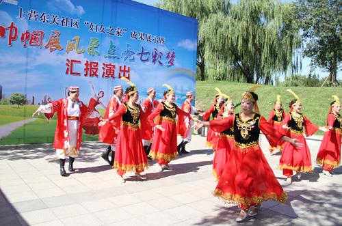 社区工作者表演了诗朗诵《我们的中国梦》