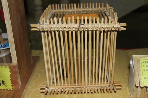 用一次性筷子制成的蝈蝈笼